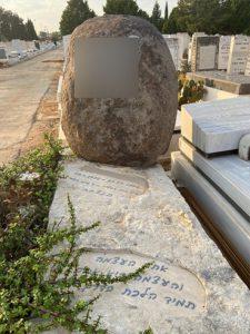 תמונות של מצבות מאבן אחת