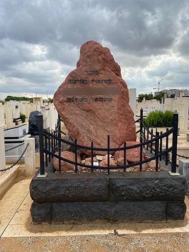 מצבה מאבן אחת בצבע אדום