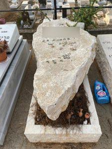 תמונה של מצבה מאבן אחת
